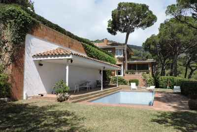Detached house close to Barcelona with a private pool and wine cellar